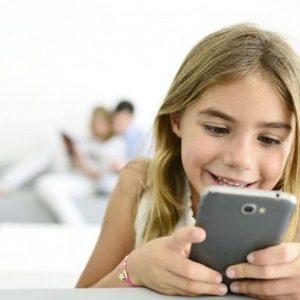 Stiprus ryšys šeimoje – mažesnis pavojus tapti priklausomiems nuo skaitmeninių technologijų